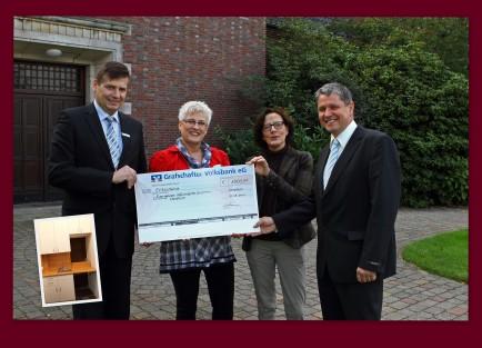 Die Grafschafter Volksbank überreicht einen Scheck für die Küche in der Neuen Kirche